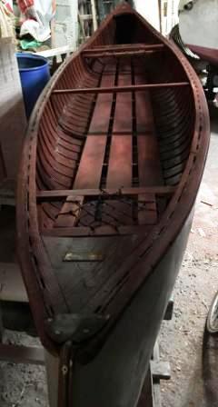 Restauration et réentoilage à l'ancienne d'un canoë